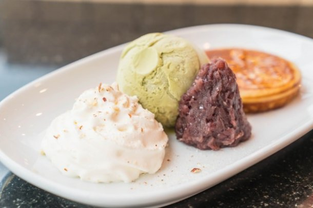green-tea-ice-cream-with-pancake-red-bean-and-whipping-cream_1339-5729