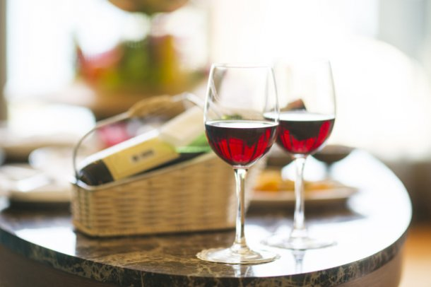table-with-two-wine-glasses-and-blurred-background_1122-1462