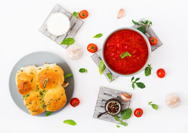 traditional-ukrainian-russian-vegetable-borscht-soup-on-blue-bowl-flat-lay-top-view_2829-986