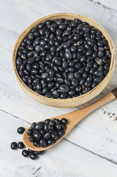 wooden-bowl-with-black-soybean_1205-271