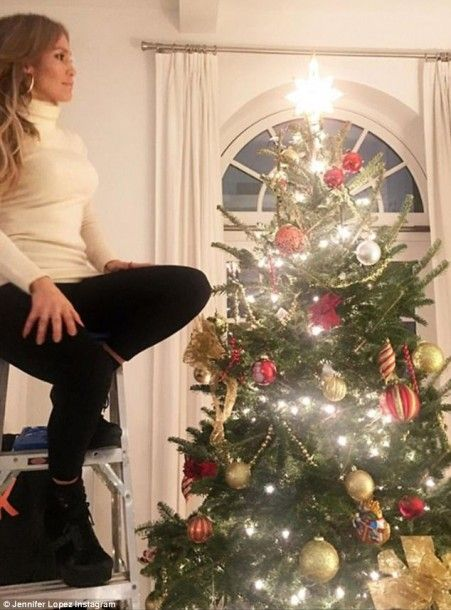 4742e0e100000578-5172469-such_sparkle_jennifer_lopez_looked_radiant_as_she_decorated_her_-a-70_1513113750246