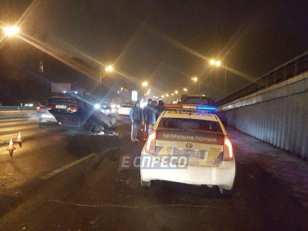 В Киеве автомобиль влетел в эвакуатор и перевернулся, фото-1