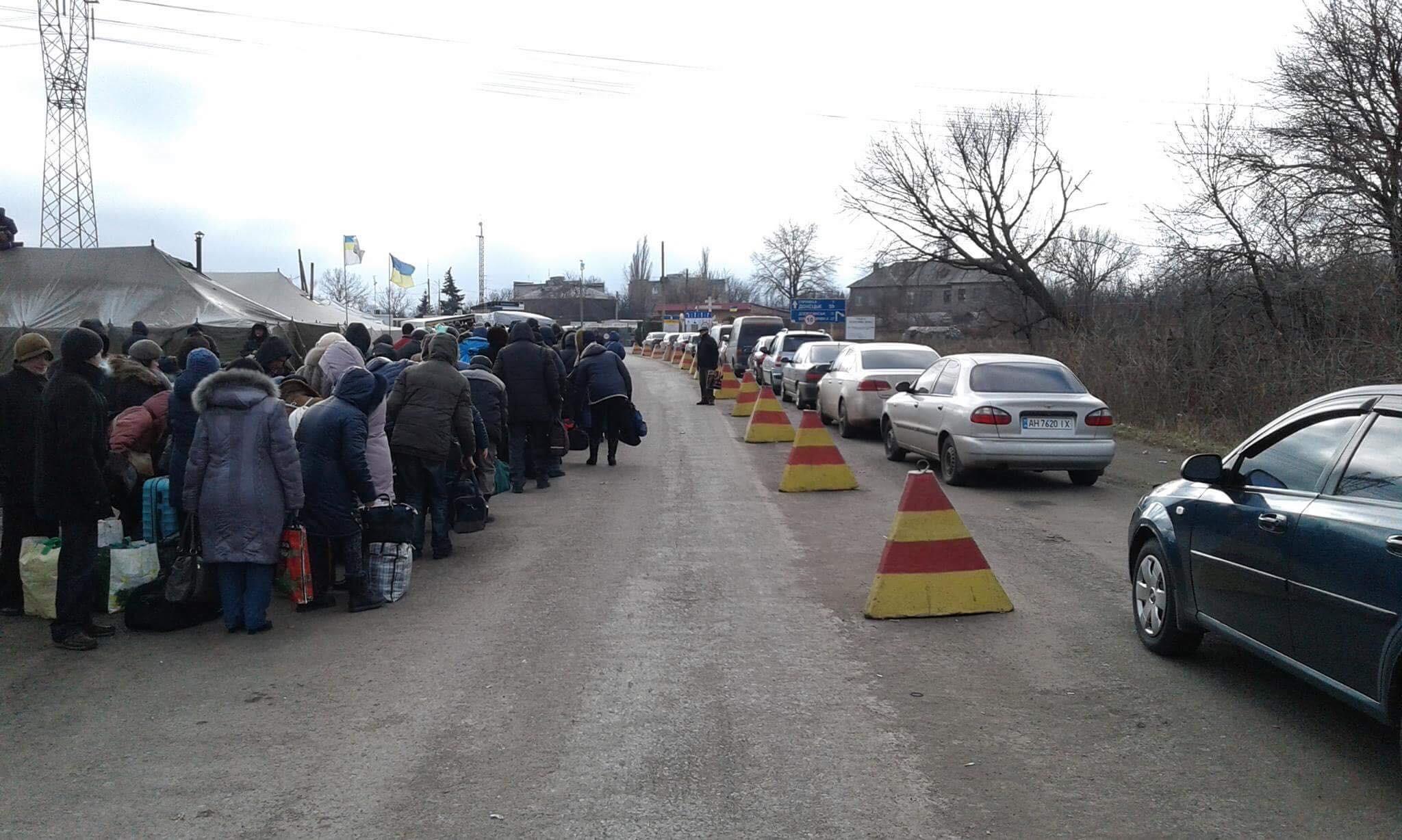 Ад на блокпостах Донбасса:  многокилометровые очереди и ночевки под обстрелами посреди поля