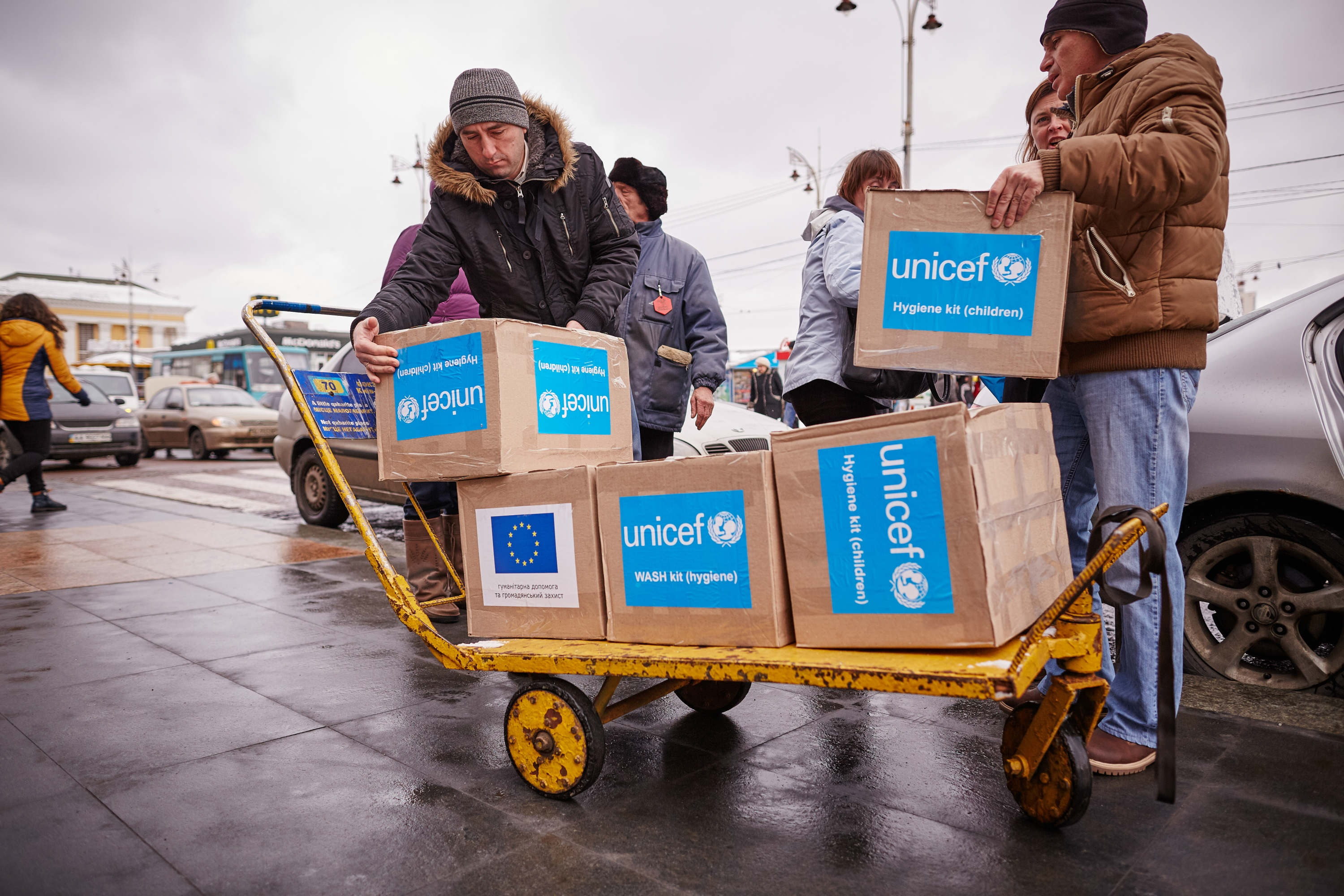 photo_2_kyiv_unloading_of_hygiene_supplies_for_newly_arrived_internally_displaced_people_at_kyiv_cetral_station