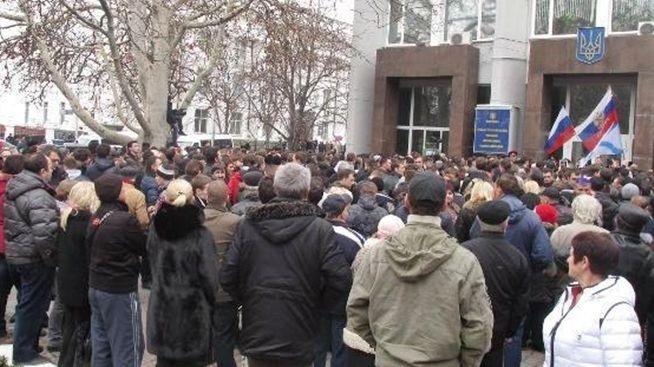 乌克兰露天浴场_乌克兰克里米亚半岛示威 斗殴 不断图片
