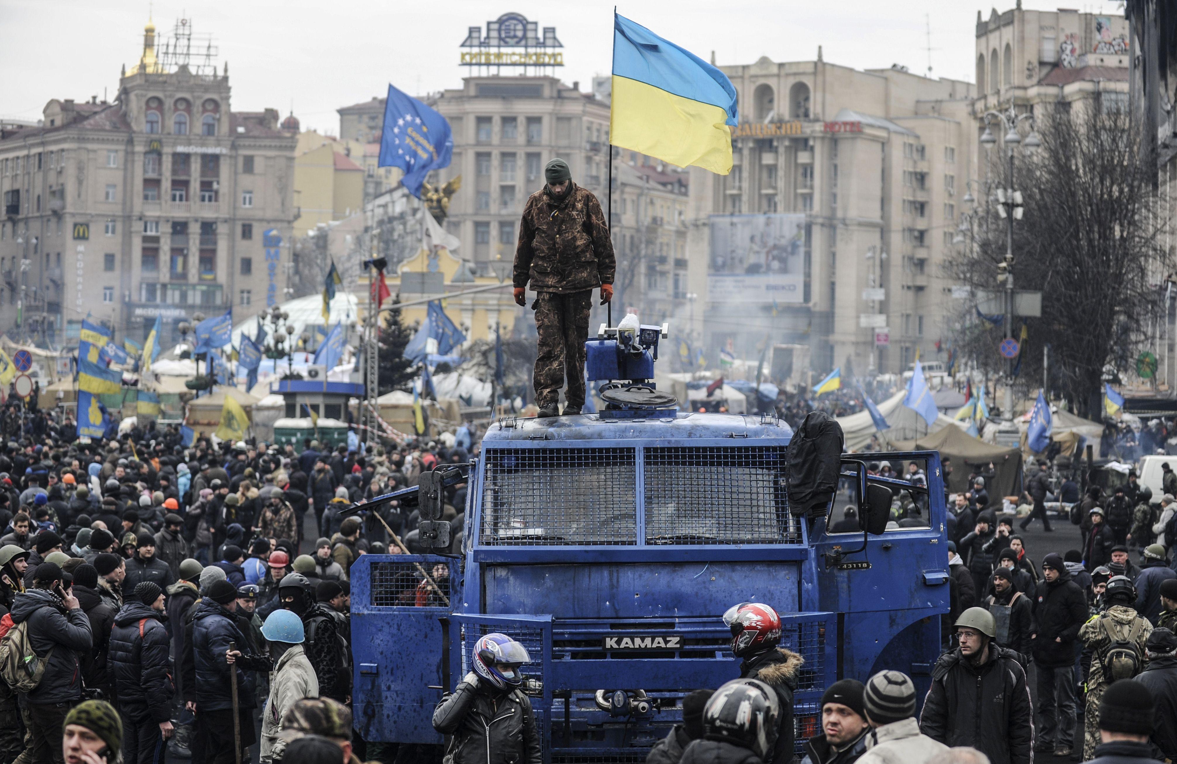 Картинки по запросу НАЧАЛОСЬ! После столкновений с полицией активисты начали оборудовать баррикады и сносить шины на Майдан
