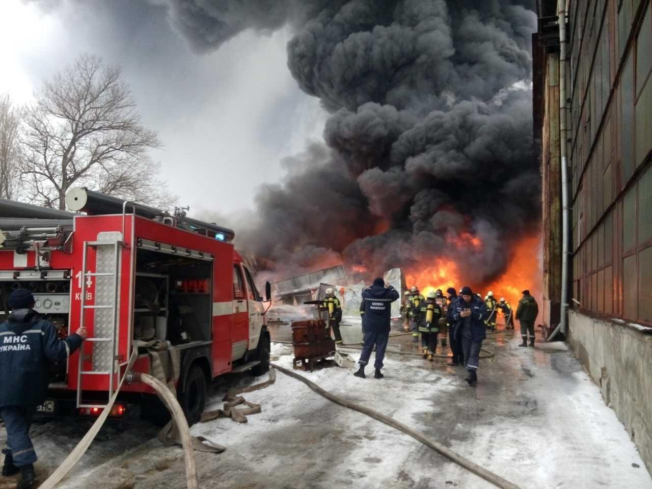 Размещены фото крупного пожара назаводе вКиеве