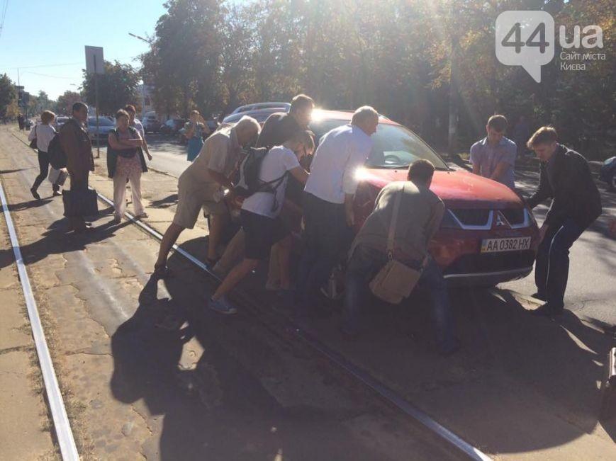Припаркованное напутях авто остановило движение трамваев