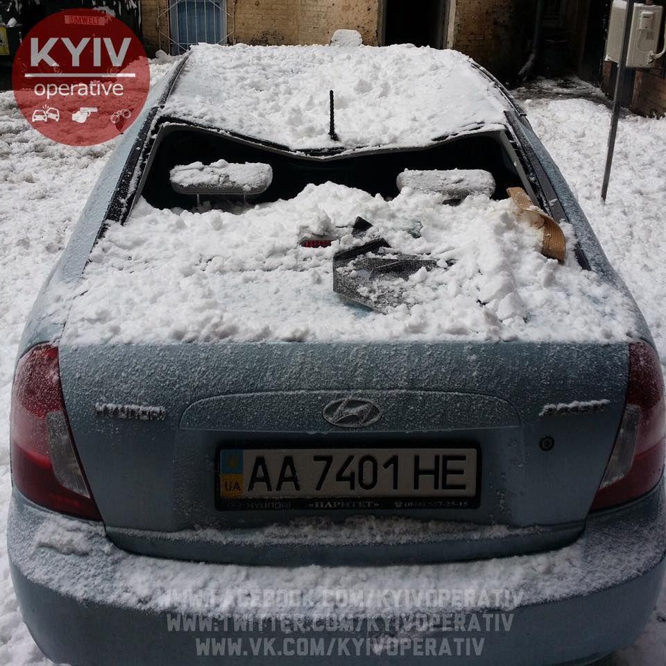 ВКиеве глыба снега разбила машину