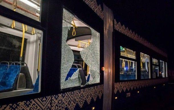 В Киеве хулиганы разбили окно в трамвае, фото-1