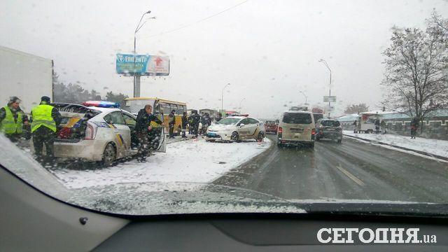 ВКиеве нетрезвый шофёр протаранил фургон, полицейских имаршрутку