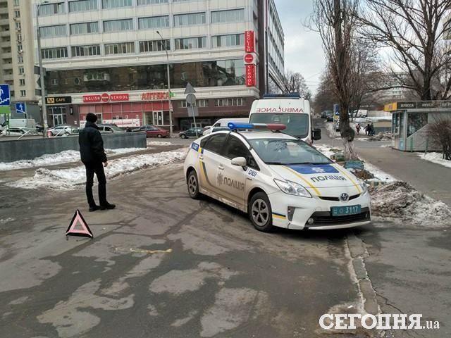 В Киеве женщина угодила под машину из-за болтовни по телефону