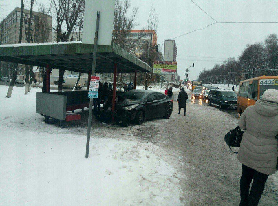 ВКиеве шофёр несмог справиться суправлением ивъехал востановку