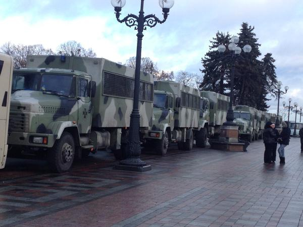 Раду защищают от митингующих грузовиками (ФОТО)