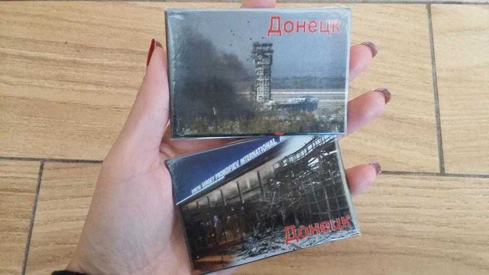 """В Донецке местные покупают сувенирные магнитики с надписью """"Донецьк"""", а российские вояки - с изображением аэропорта, фото-1"""