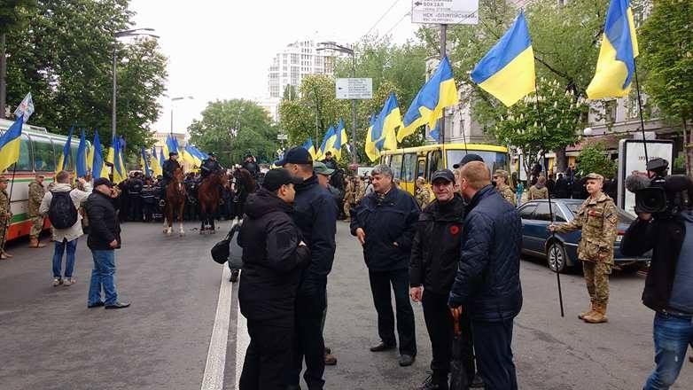 ВКиеве полицейские отнимают георгиевские ленточки уучастников марша