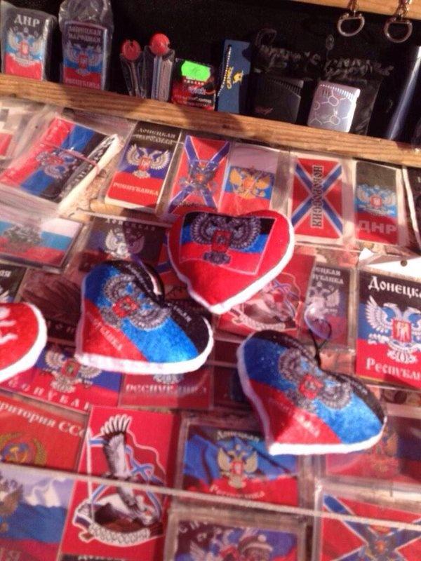 """В Донецке местные покупают сувенирные магнитики с надписью """"Донецьк"""", а российские вояки - с изображением аэропорта, фото-3"""
