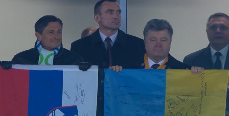 Як Порошенко вивісив прапор України на трибунах