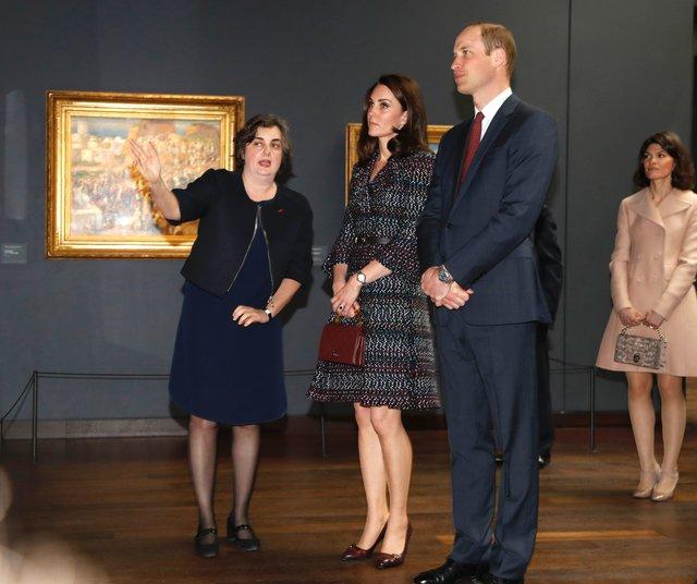 Прекрасные наряды Кейт Миддлтон в 1-ый день официального визита вПариж