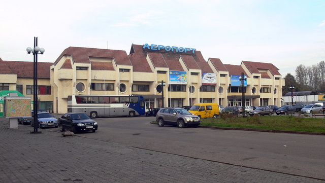 Из Ивано-Франковского аэропорта летают две украинские авиакомпании - МАУ и Днепроавиа. Фото: avia.pro