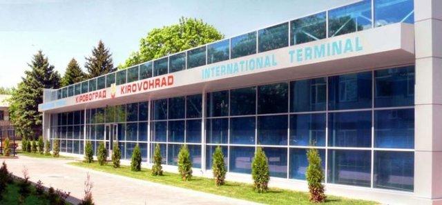 Аэропорт в г. Кропивницком. Отстроен в 2010 году. В аэропорт летают только частные и чартерные рейсы. Фото: aviabilet.ru.