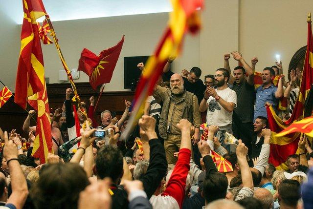 Вглобальной паутине появилось видео нападения демонстрантов на строение парламента Македонии