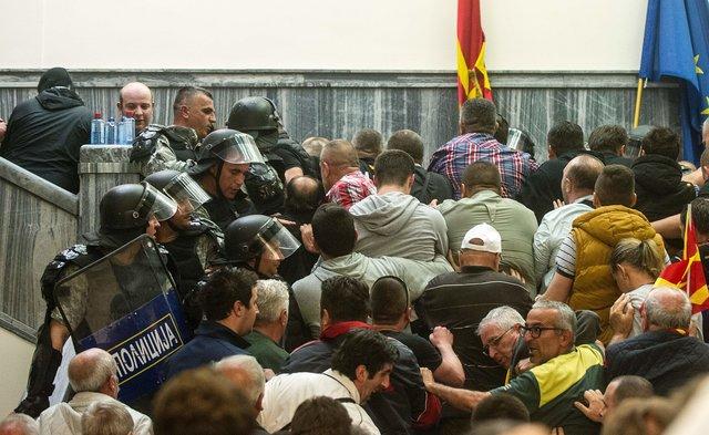 ВМакедонии протестующие вторглись в сооружение парламента