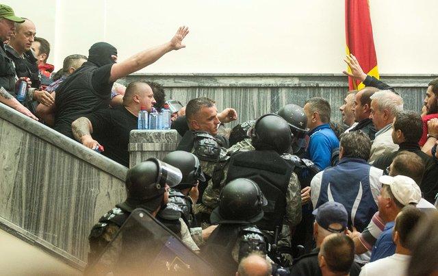 ВМакедонии протестующие вторглись впарламент иизбили лидера оппозиции
