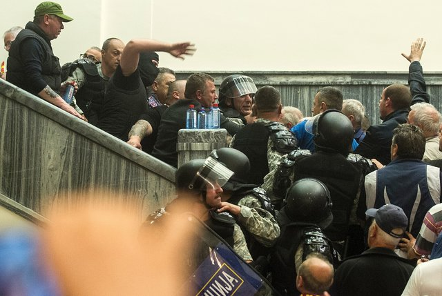 ВМакедонии протестующие избили лидера оппозиции впарламенте