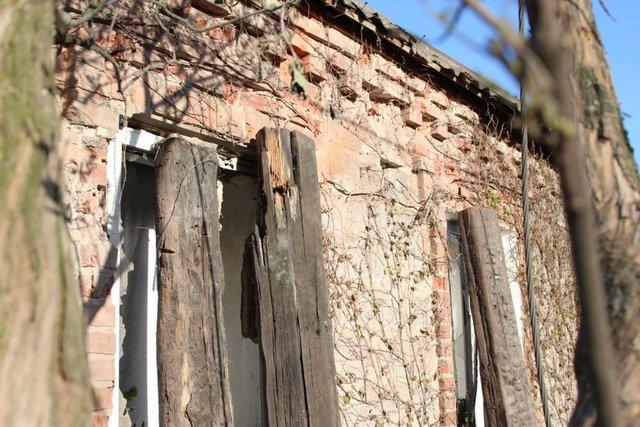 Разрушенные крыши ивыбитые стекла— Обстрел Авдеевки