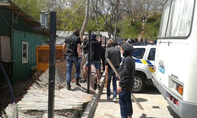 Конфликт на береге вОдессе: вотделение милиции привезены 10 человек