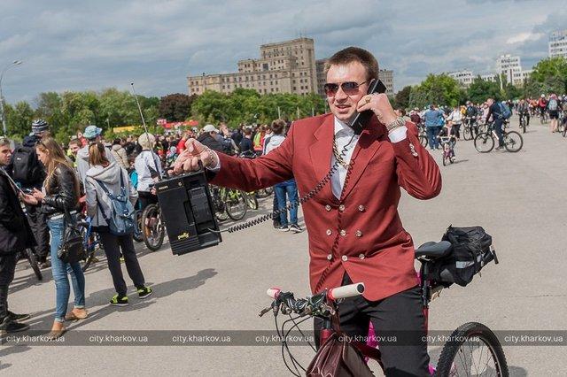 Наулицы Харькова выехали неменее 10 000 велосипедистов