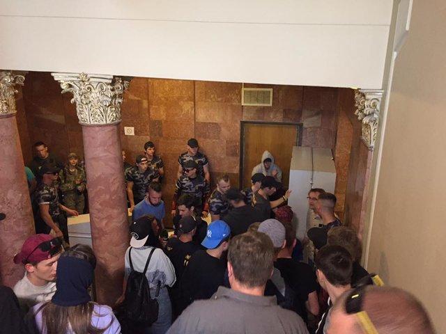 Радикалы заблокировали строение облсовета воЛьвове