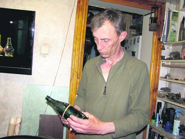 Александр Саморуков собрал в квартире десятки артефактов, найденных в подземельях Одессы. Фото: Е. Васюкова