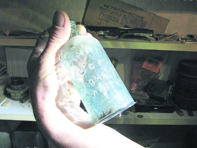 Стеклянная фляга. Емкость изготовили на заводе в Одессе в 1941 году. Фото: Е. Васюкова