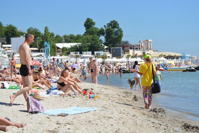 Пляжные торговцы. Просят за креветки 35 грн. Фото: А. Мосунов