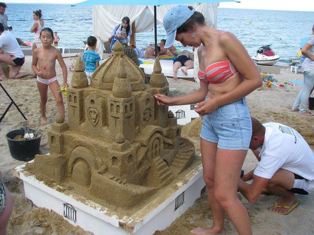 Средневековый замок. Построили за шесть часов и из 1,5 тонны песка. Фото: Елена Васюкова