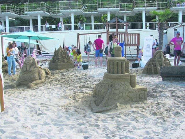На пляже. Выросли пять масштабных скульптурных композиций. Фото: Елена Васюкова