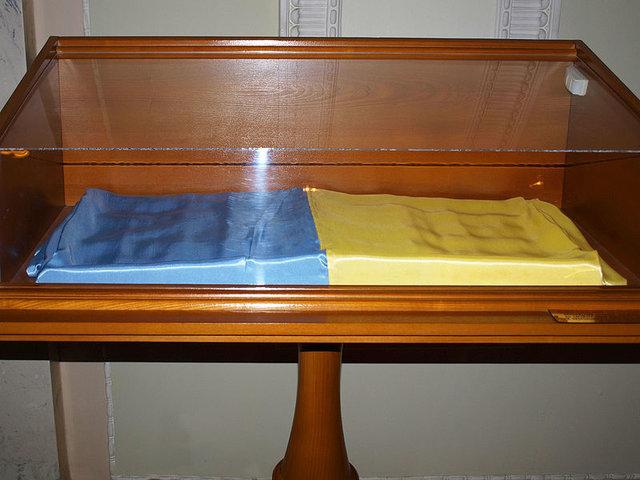 Первый легендарный флаг, который внесли в сессионный зал, сейчас хранится в экспозиции Музея новостей, туда его передали из музея Верховной рады Украины. Фото: uk.wikipedia.org