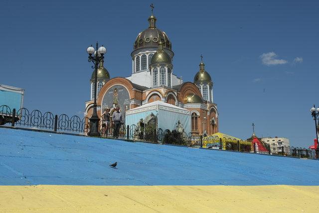 Самый большой нарисованный флаг Украины, площадью 1750 кв. м, можно увидеть в Киеве на Оболонской набережной. Местные жители нарисовали его еще в начале 2014 г., потратив полтонны желтой и синей краски. Фото: Александр Яремчук