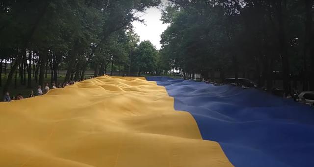 Самый большой флаг развернули в городе Покровск Донецкой области. Его площадь – 2400 кв. м, а весит он почти 120 кг. К слову, этот флаг попал в Книгу рекордов Гиннеса, как самый большой государственный флаг в мире. Этот флаг побывал уже в Мариуполе и Бахмуте, а 23 августа его планируют привезти в Киев. Фото: ddk.dn.ua