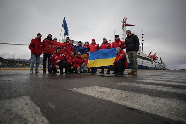 Вместе с командой информационной программы «Сегодня» телеканала «Украина» отечественный флаг успел покорить и заснеженную Антарктиду. Фото: Архив