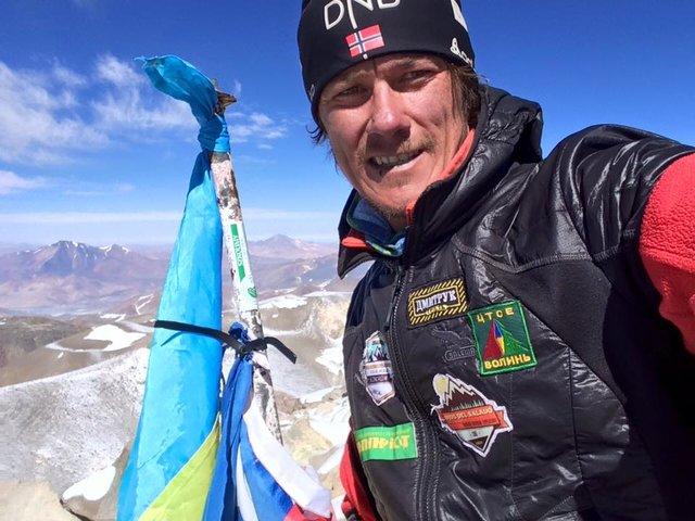В 2016 г. сине-желтый флаг установили альпинисты на вершине самого высокого вулкана в мире – Охос-дель-Саладо в Андах, его высота 6872 метра. Фото: facebook.com/oleksandr.oryshko
