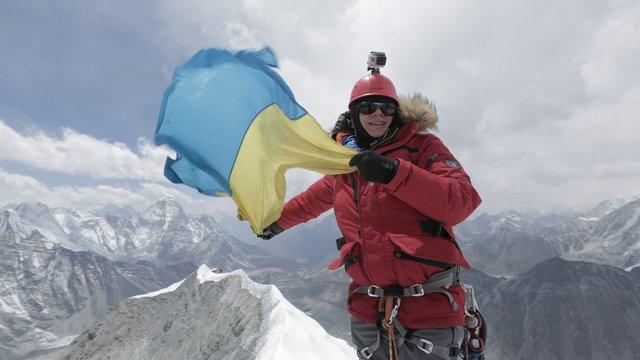 В прошлом году телеведущий Дмитрий Комаров поднялся на вершину Гималаев – Айленд-пик (6189 м) и установил там украинский флаг. Фото: tv.ua