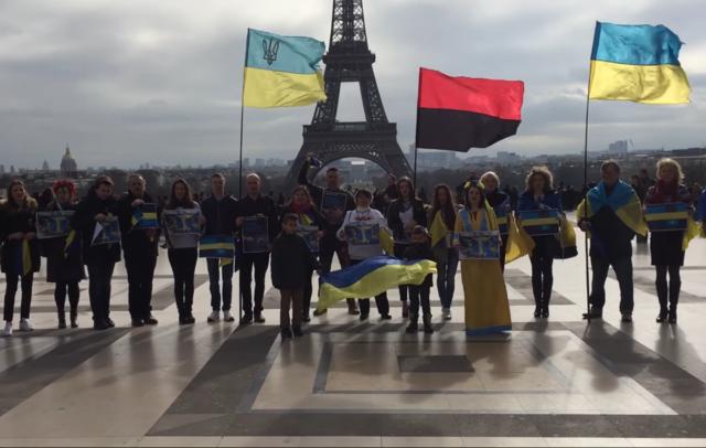 Полгода назад украинские флаги можно было увидеть и в Париже. Активисты решили провести там акцию «Крым – это Украина» и вышли в феврале к Эйфелевой башне с украинской символикой, плакатами и флагами. Фото: youtube.com