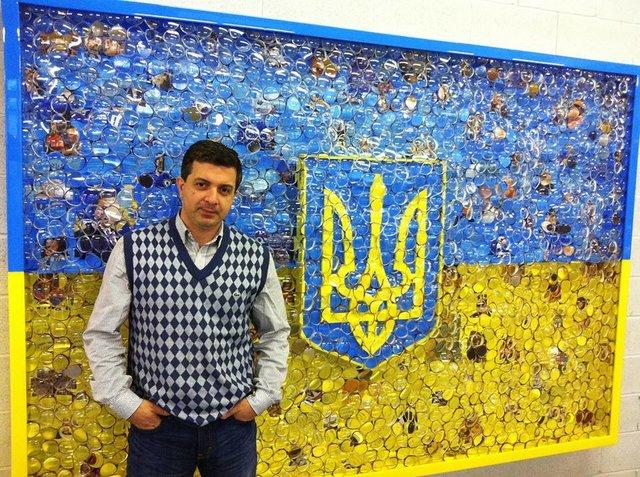 Украинский символ есть и в США. Американский художник Дэвид Датуна изобразил украинский флаг с помощью различных линз и кусочков фотографий. Фото: facebook.com/ddatuna