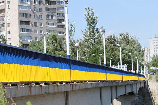 В 2014 г. окрасился в желто-синие цвета и пешеходный мост на Русановке. Фото: Анастасия Искрицкая