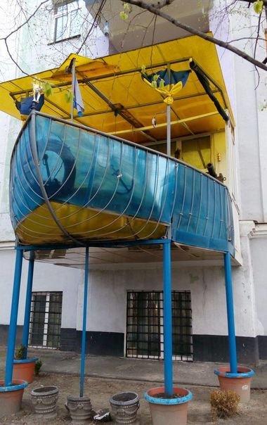На одном из киевских домов по улице Мазепы появился такой балкон в форме парусника и в патриотичных цветах. Конструкция построена на втором этаже и держится на 5 подпорках, а внутри украшена флагами Украины. Фото: Архив
