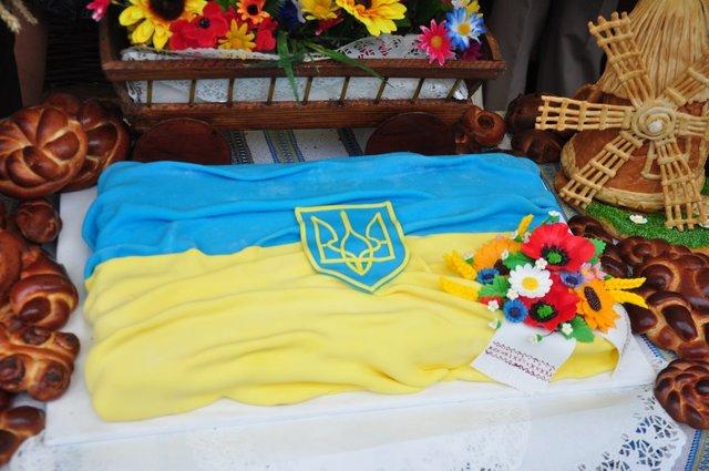 Нередко украинский флаг можно увидеть на различных сладостях, тортах или пирожных, которые пользуются большим спросом как раз накануне государственных праздников. Фото: bukpravda.cv.ua