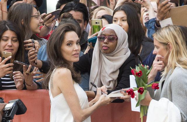 Улыбающаяся Джоли вкомпании собственных  детей приехала накинофестиваль вТоронто